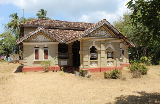 Extensive land with 3 houses for sale 7 Acres